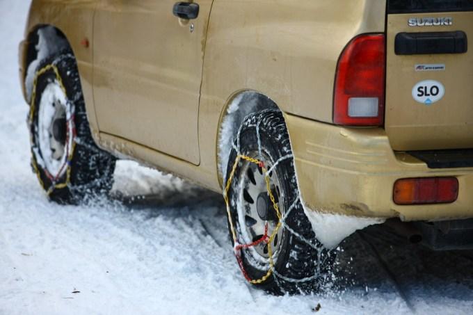 Zares učinkovita v snegu je šele kombinacija priklopljivega 4-kolesnega pogona in verig na vseh kolesih. Tudi vsaj ena zapora diferenciala ne bo odveč.