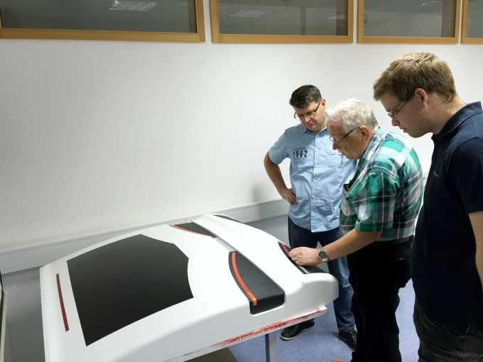Pogovor o možni izvedbi luči LED. Z leve: Božo Geršak iz podjetja Farmel, ki skrbi za razvoj luči, oblikovalec Georg Gedl ter Matej Janežič, konstruktor v razvojnem oddelku Plastoforma.