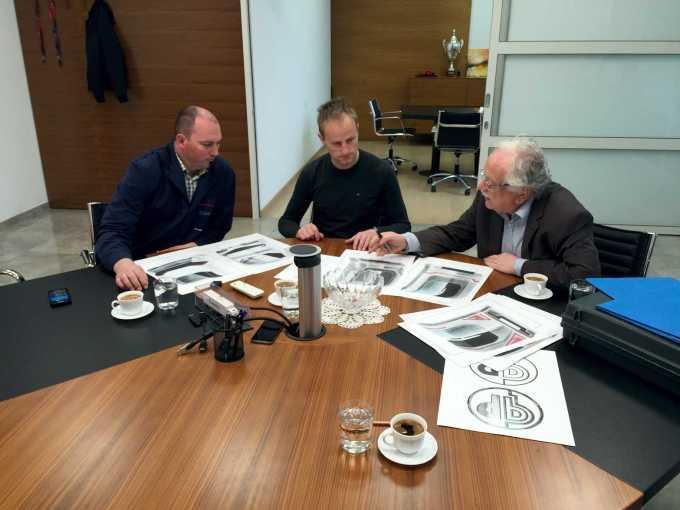 Gedl razlaga svoje ideje osnutke. Z leve: Franci Mlakar (razvoj), Franci Gregorčič (direktor) in Georg Gedl (oblikovalec).