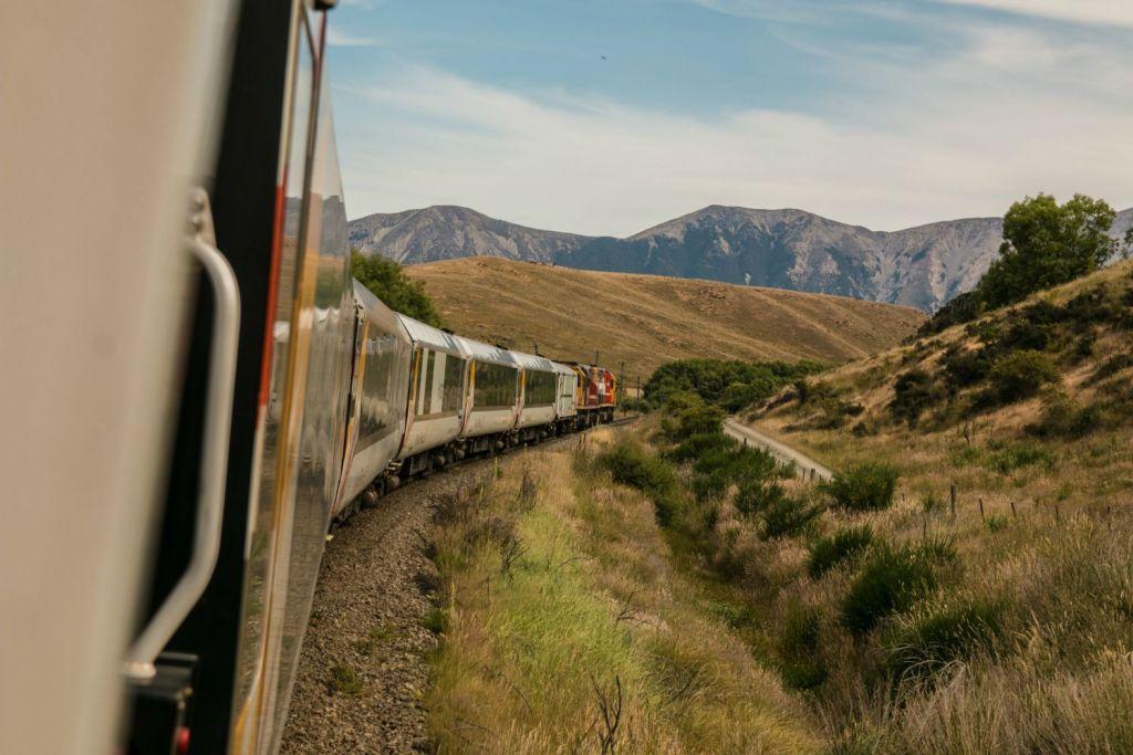 Viaggiare in treno - Photo by Josh Nezon on Unsplash