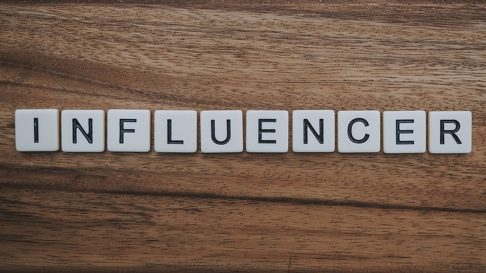 Come difendersi dai falsi influencer