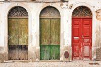 10555122-fachada-del-edificio-abandonado-con-tres-puertas-Foto-de-archivo.jpg