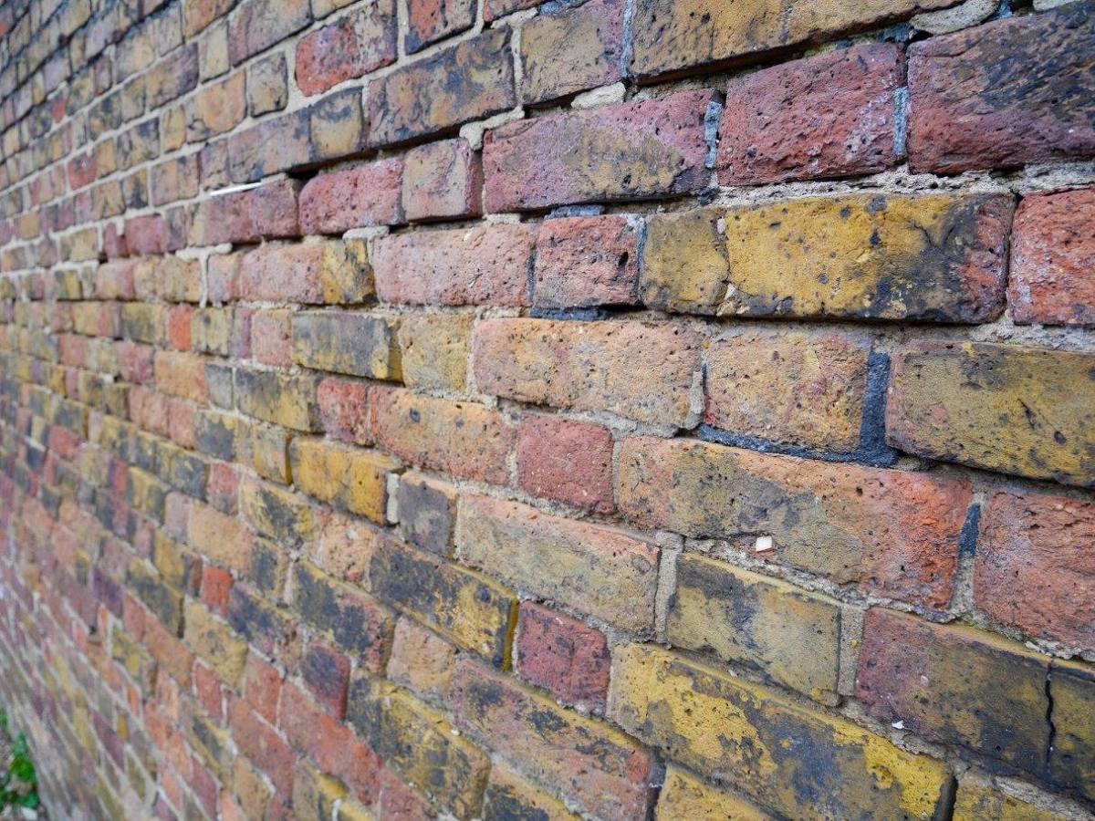 Bent wall near Syon park