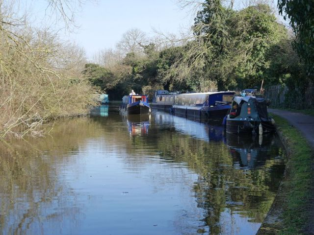 There are so many canal boats along here!