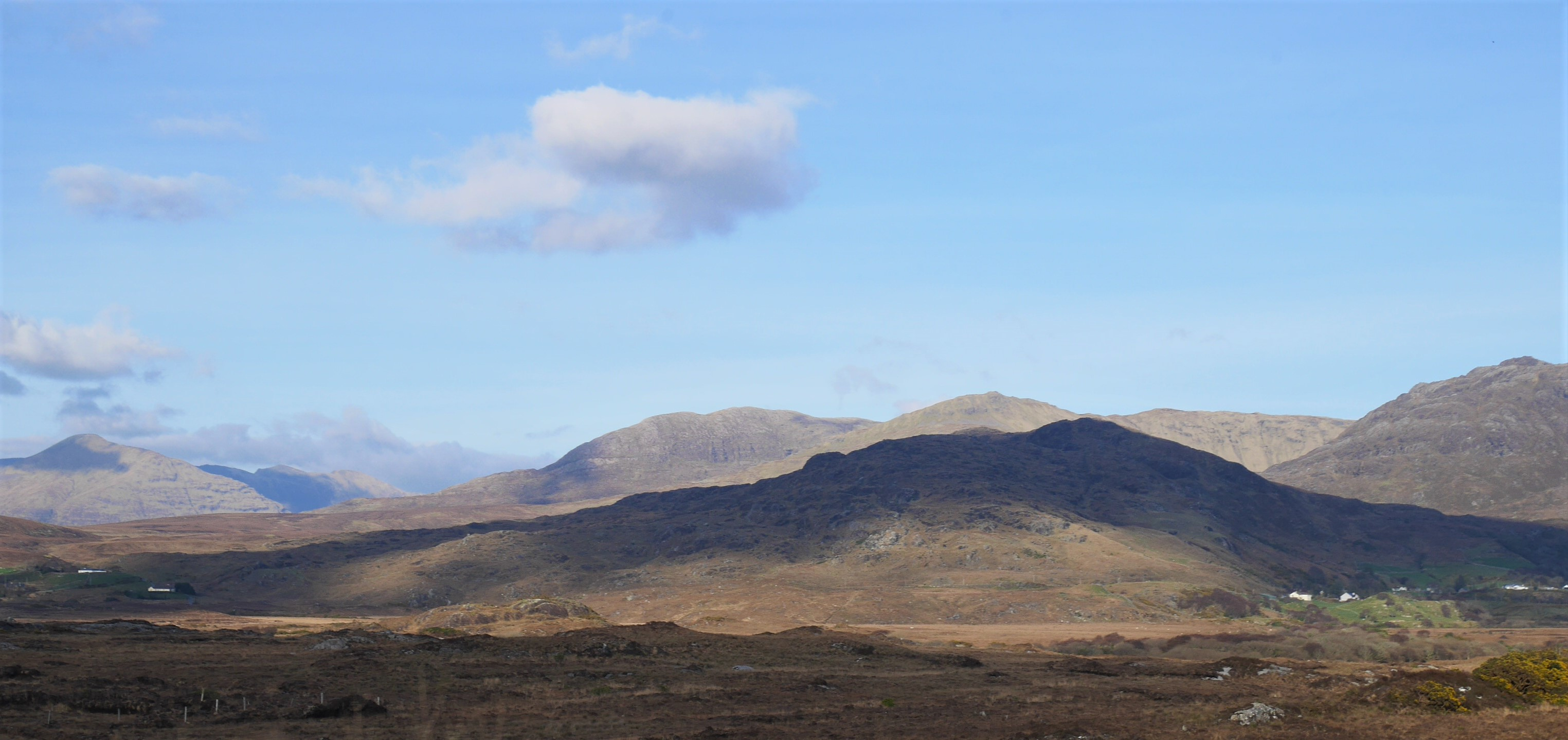 Benchoona, Garraun and Doughruagh in the background. Currywongaun is the hill in front.
