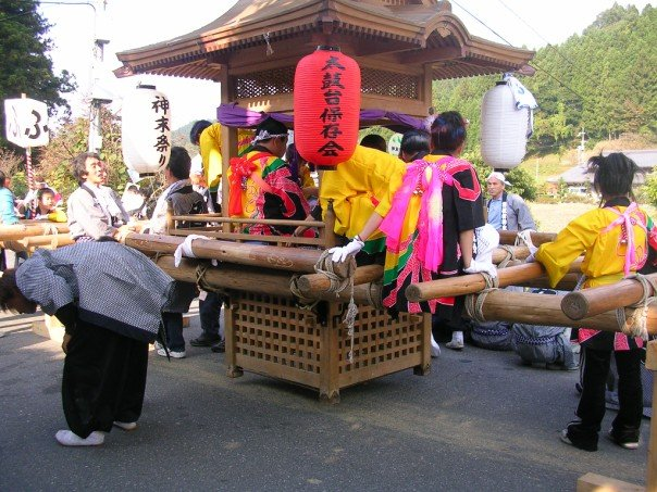 Kids climbing down from the mikoshi