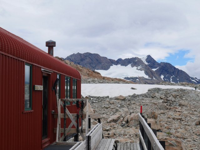Mueller hut with Sealy Mountain range behind it