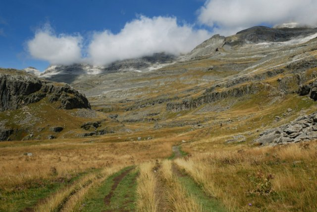 The trail with our first views of Refugio Góriz