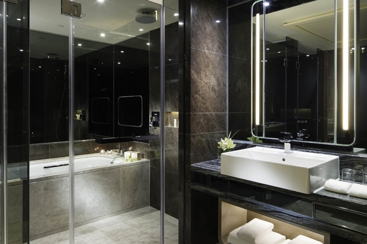 Royal Plaza bathroom