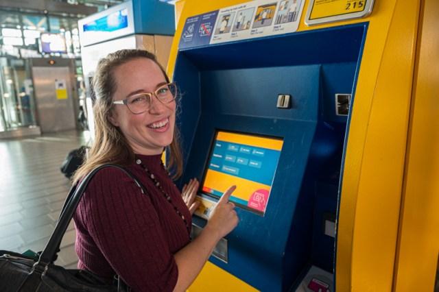 jessica at NS train ticket machine