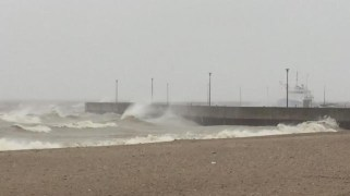 High waves due to the strong winds in Gimli.