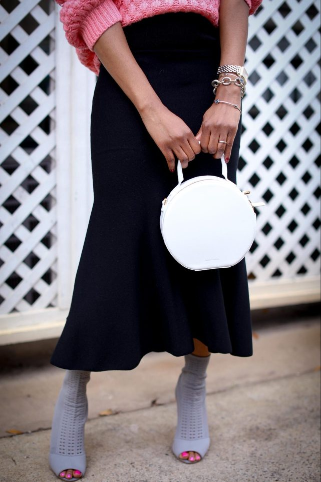 H&M pink chunky sweater worn with a black midi skirt by Atlanta style blogger and white circle bag by mansur-19