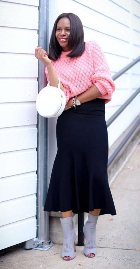 H&M pink chunky sweater worn with a black midi skirt by Atlanta style blogger and white circle bag by mansur-21