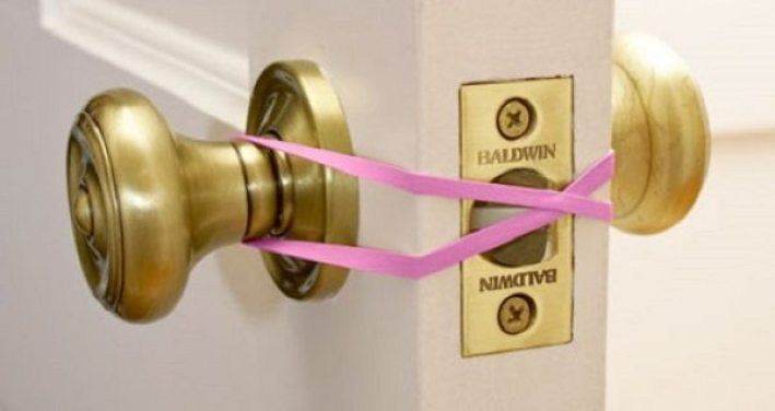 25 Simple Life Hacks That Will Make Your Life Easierrubber band to keep door latch