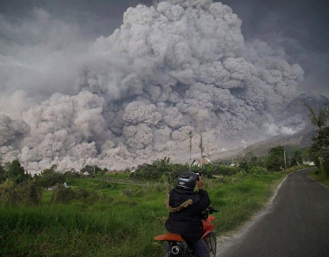 ash-streams-volcanic-eruption-indonesia-rare-things-pictures