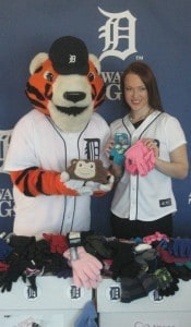 erin-cummings-paws-tigers-mittens-for-detroit