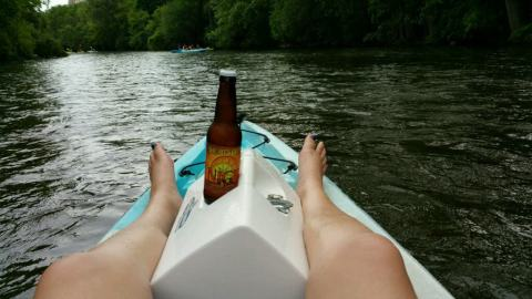 Enjoying a Short's Brewing Nicie Spicie on the Huron River - #MittenTrip - Ann Arbor - The Awesome Mitten