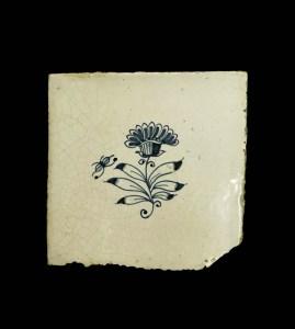 Tegel met bloemmotief zonder hoekversiering, 17de-19de eeuw.Waarschijnlijk Fries.