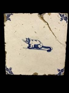Dierdecor met poes, hoekmotief met ossenkop,17de eeuw.