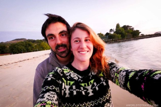 Happy couple in a Galician beach - A World to Travel