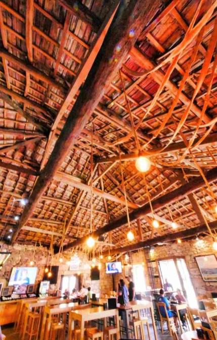 Interior del restaurante Tinta Negra en Combarro