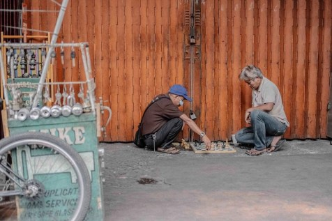 Playing chess in the street - Libertad - Pasay - Philippines Travel Tips - A World to Travel