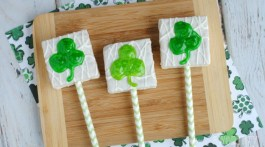 Easy recipe for a fun St. Patrick's Treat- How to Make Fun and Easy Shamrock Cake Heart Pops