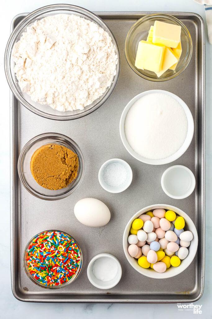 ingredientes para biscoitos cadbury em uma assadeira