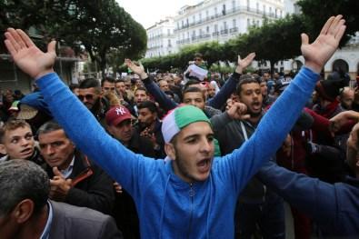 المتظاهرون رددوا شعارات رافضة للانتخابات ومطالبين بتحييد رموز بوتفليقة