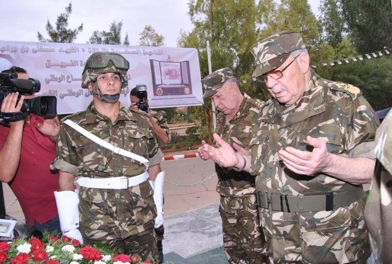 إلقاء النظرة الأخير على جثمان الفريق قايد صالح
