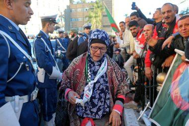 عجوز حزينة على رحيل قايد صالح