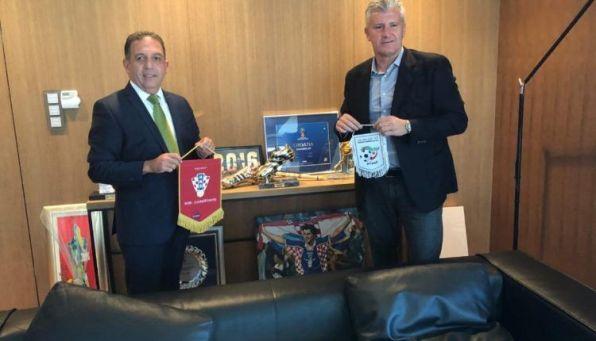 مختار أمين خليف سفير الجزائر بكرواتيا رفقة دافور شوكر رئيس الإتحاد الكرواتي لكرة القدم