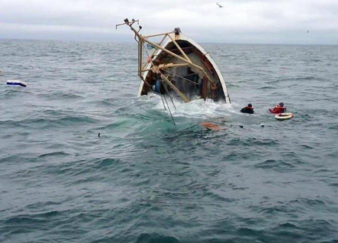 كشف تفاصيل حادثة غرق سفينة الصيد وإنقاذ البحارة