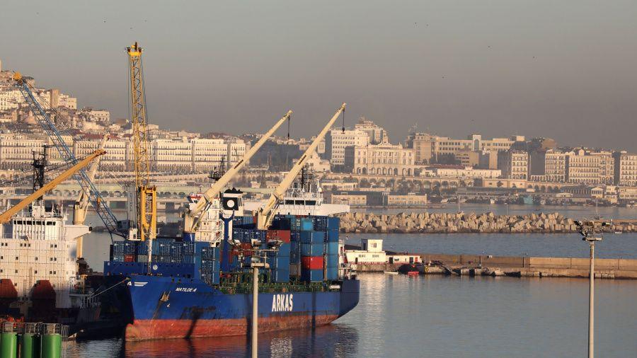 عرفت الصادرات الجزائرية نحو موريتانيا ارتفاعا قويا خلال الثلاثي الثالث من سنة 2020، بعدما سجلت تراجعا كبيرا خلال الثلاثي الأول و الثاني من السنة الجارية. ونشرت المديرية العامة للجمارك الموريتانية أن الصادرات الجزائرية خلال الثلاثي الثالث فاقت 8مليون دولار أمريكي، مما يجعل الجزائر الممون الافريقي الثاني لموريتانيا. و انتقلت الصادرات الجزائرية نحو هذا الشريك حوالي مليون دولار خلال الثلاثي الأول لسنة 2020، إلى أكثر من6 مليون دولار خلال الثلاثي الثاني من نفس السنة. و شهدت العلاقات التجارية بين البلدين قفزة إلى الأمام من2016 الى2019، لتصل إلى 53 مليون دولار، فيما لم تكن تتعد من قبل مليون دولار .