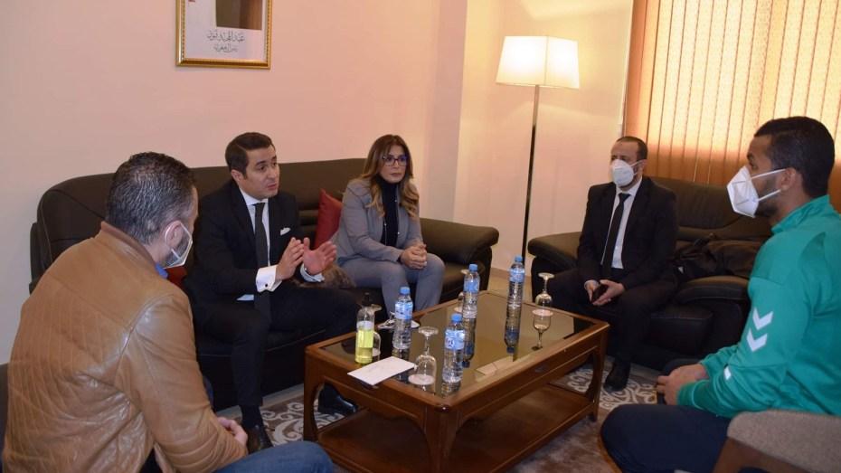 """وزير الشباب والرياضة يُحفز """"الخضر"""" قبل التوجه إلى مصر"""