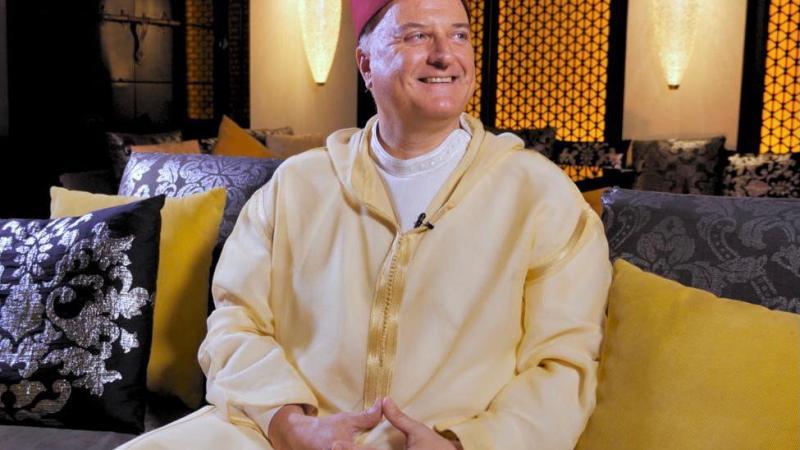 ممثل الاحتلال الإسرائيلي يرتدي الجلباب ويخاطب المغاربة: جمعة مباركة