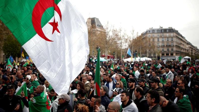 مئات الجزائريون يتجمّعون بالعاصمة الفرنسية باريس دعما للحراك الشعبي