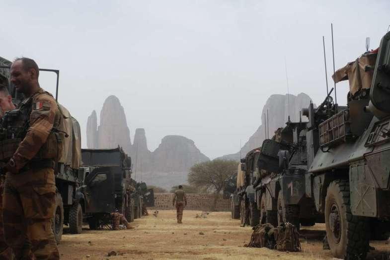 ماكرون يرفض خفض الوجود العسكري الفرنسي في الساحل