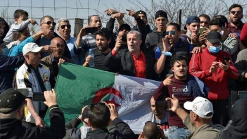 مواطنون يترقبون الإفراج عن المعتقلين أمام سجن القليعة