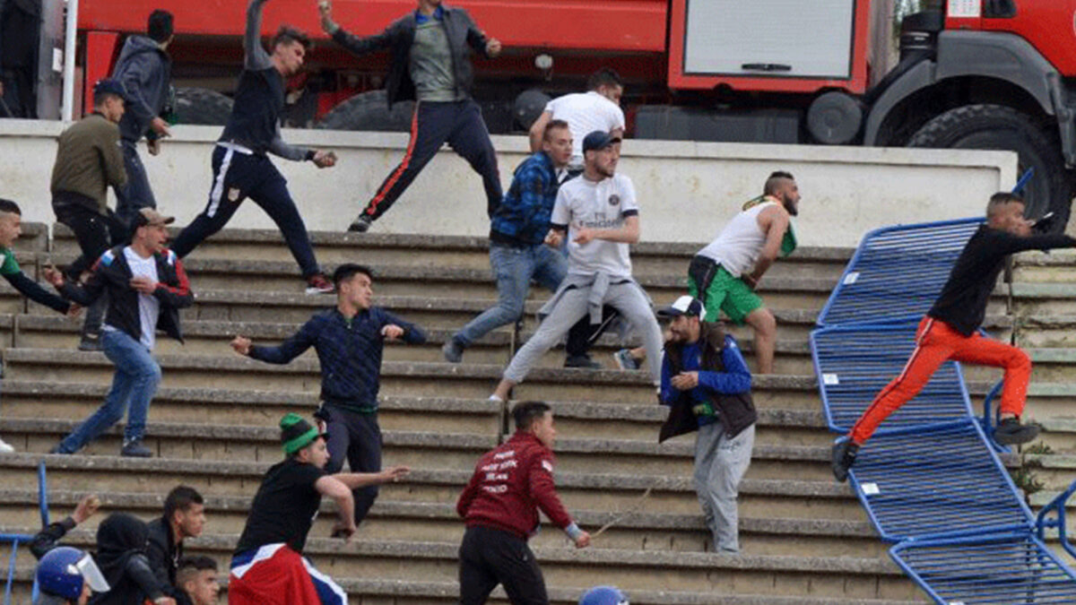 الدوري الجزائري.. أحداث العنف والشغب بين الجماهير تظهر مُجددا رغم منعهم من دخول الملاعب