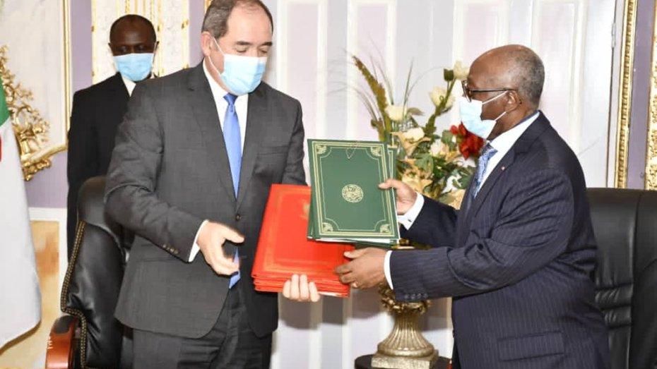 بوقادوم يوقع مذكرة تفاهم لتعزيز المشاورات السياسية بين الجزائر والكاميرون