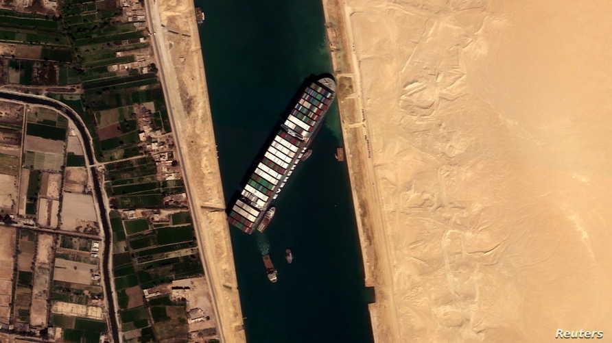 رويترز: السفينة العالقة في قناة السويس تعود إلى وضعها بفعل قوة الرياح