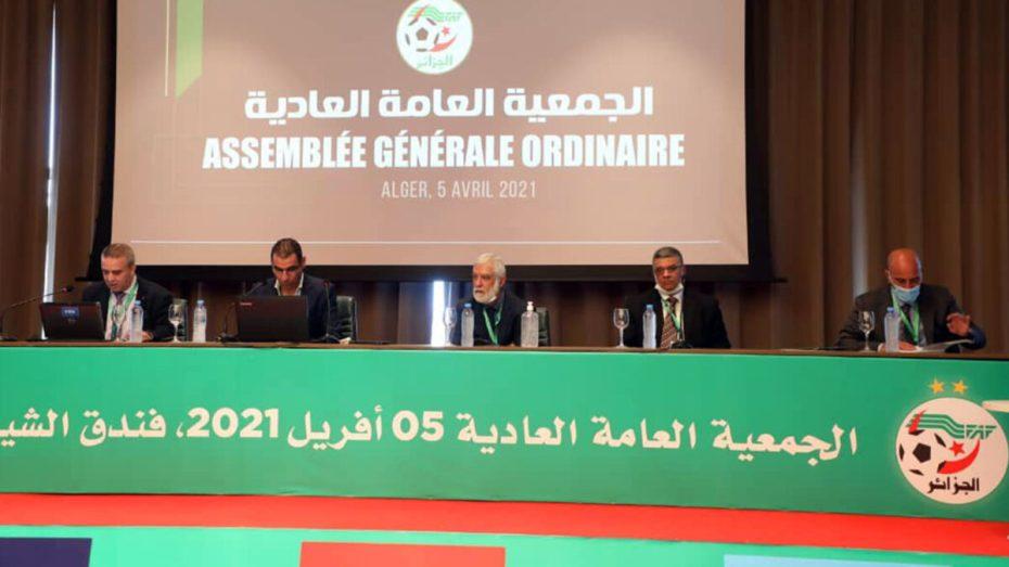 """الـ""""فاف"""": المصادقة بالأغلبية على الحصيلتين المالية والأدبية في أشغال الجمعية العامة صادق صبيحة اليوم الأحد، غالية أعضاء الجمعية العامة العادية، المنعقدة في فندق """"شيراطون"""" بالجزائر العاصمة، على التقريرين المالي والأدبي لهيئة الـ""""فاف""""، الخاص بسنة 2020. وشهدت أشغال الجمعية العامة العادية لهئية الـ""""فاف"""" تصويت 86 عضوا على الحصيلتين المالية والأدبية، فيما صوت رئيس نادي شبيبة الساورة محمد زرواطي بـ""""لا""""، وامتنع 03 أعضاء آخرين عن التصويت، كما عرفت الجمعية ذاتها مُعارضة 10 أعضاء آخرين. وبنهاية أشغال الجمعية العامة ذاتها، يكون خير الدين زطشي وصل رسميا لنهاية عهدته، على رأس الاتحادية الجزائرية لكرة القدم، التي تولى مقاليد رئاستها في الـ27 من شهر مارس سنة 2017. كما انبثق عن نهاية أشغال الجمعية العامة العادية، للاتحاد الجزائري لكرة القدم، صبيحة اليوم، الانطلاق الرسمي للحملة الانتخابية بالنسبة للمرشحين لخلافة زطشي على عرش مبنى دالي إبراهيم. وسيتم تعيين خليفة مؤقت يقود الاتحادية الجزائرية لكرة القدم، إلى غاية نهاية أشغال الجمعية العامة الانتخابية، المقرر تنظيمها يوم 15 أبريل الحالي. ويُعد حضور الرئيس السابق محمد روراوة، أهم ما ميز أشغال الجمعية ذاتها، والذي صنع الحدث منذ لحظة دخوله فندق """"شيراطون""""، وتبادله أطراف الحديث مع قائد المنتخب الجزائري سابقا عنتر يحيى، الذي يشغل حاليا منصب المناجير العام لفريق اتحاد العاصمة، وبعد المصادقة بالأغلبية، يبدو أن الرئيس السابق زطشي ارتاح أخيرا من الضغط، الذي عاشه مؤخرا، بسبب الجدل الكبير الذي أحدثه ما ورد في التقريرين المالي والأدبي، في عهدة طرحت الكثير من التساؤلات حول الانجازات الحقيقية في الكرة الجزائرية، على أرض الواقع، التي حققها المُغادر خير الدين زطشي."""