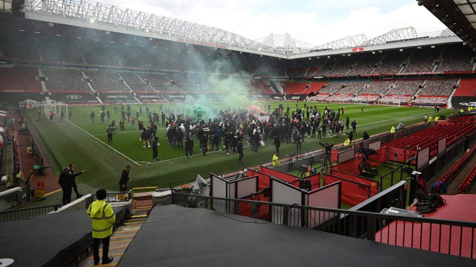 جماهير مانشستر يونايتد تقود احتجاجات كبيرة وتقتحم ملعب أولد ترافورد.. شاهد بالفيديو