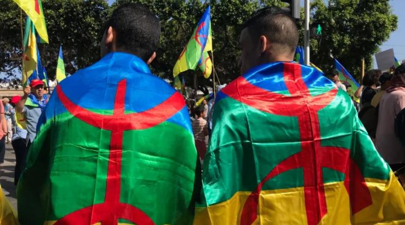 الكاف يمنع أنصار شبيبة القبائل من إدخال الراية الأمازيغية إلى الملعب
