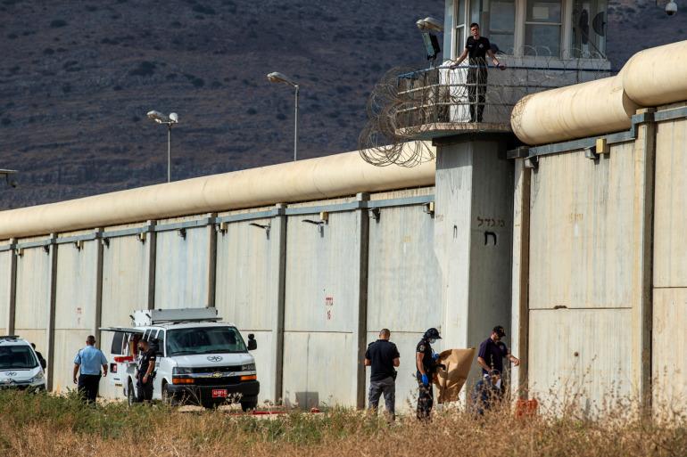 بالفيديو.. أسير فلسطيني يسكب ماء مغليا على سجّان بسجن جلبوع