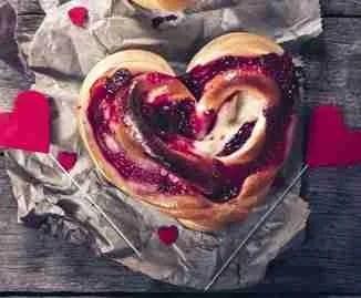 San Valentino street tra fragole, cuori e rosso passione