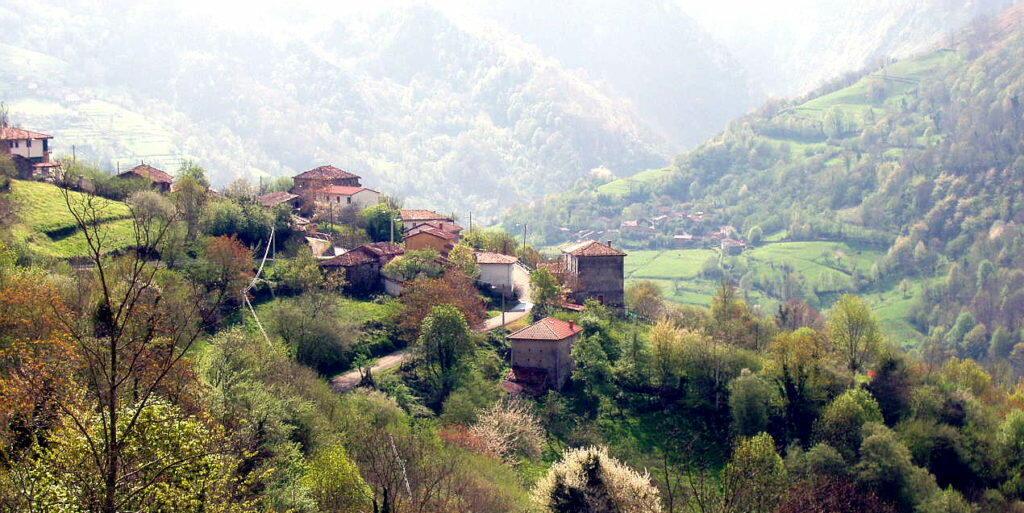 Vistas de la aldea de Cazo, en el Parque Natural de Ponga.