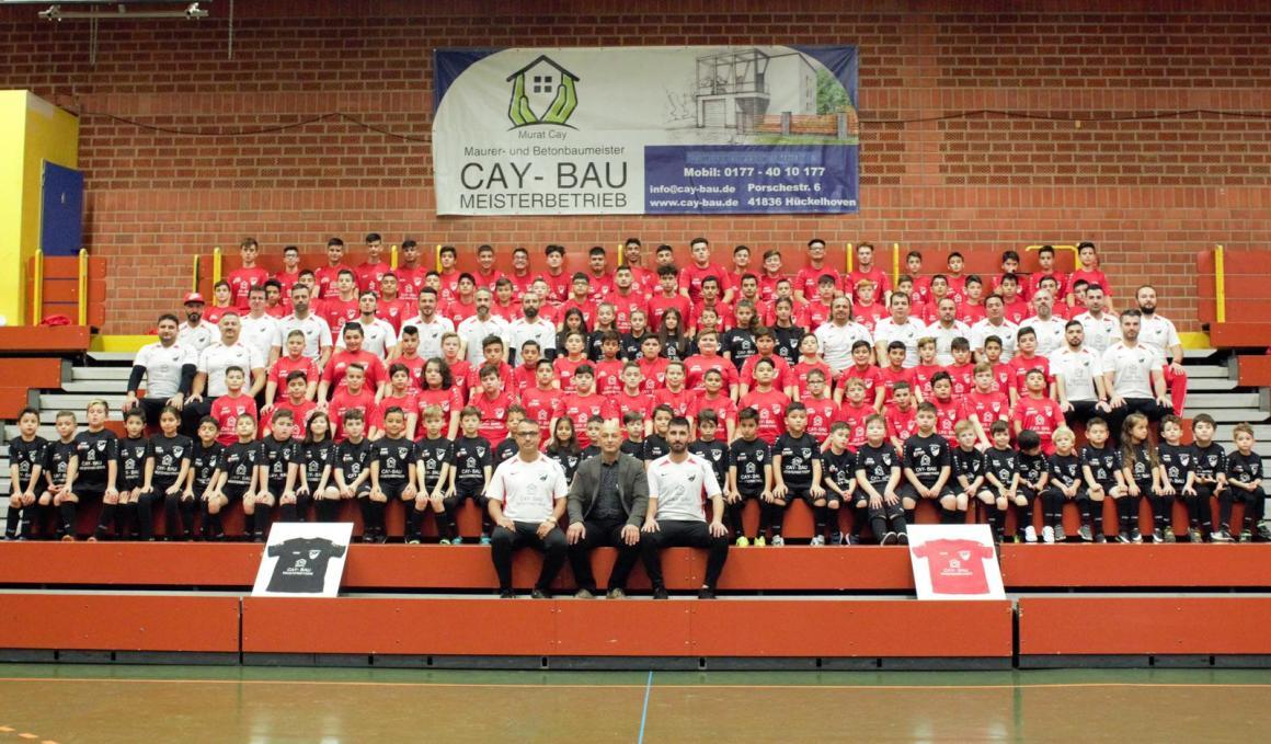 Jugendsponsor Cay-Bau stattet die Jugend mit Trainingstrachten aus