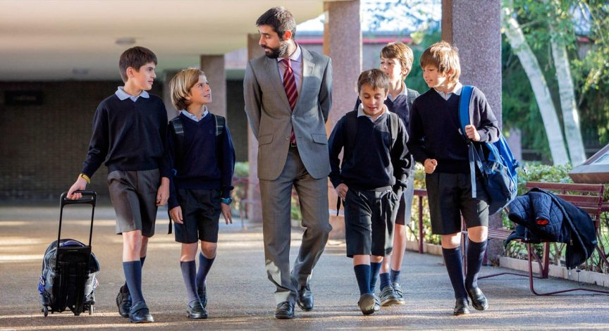 Niños uniformados